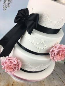 piped pearl drop wedding cake detail